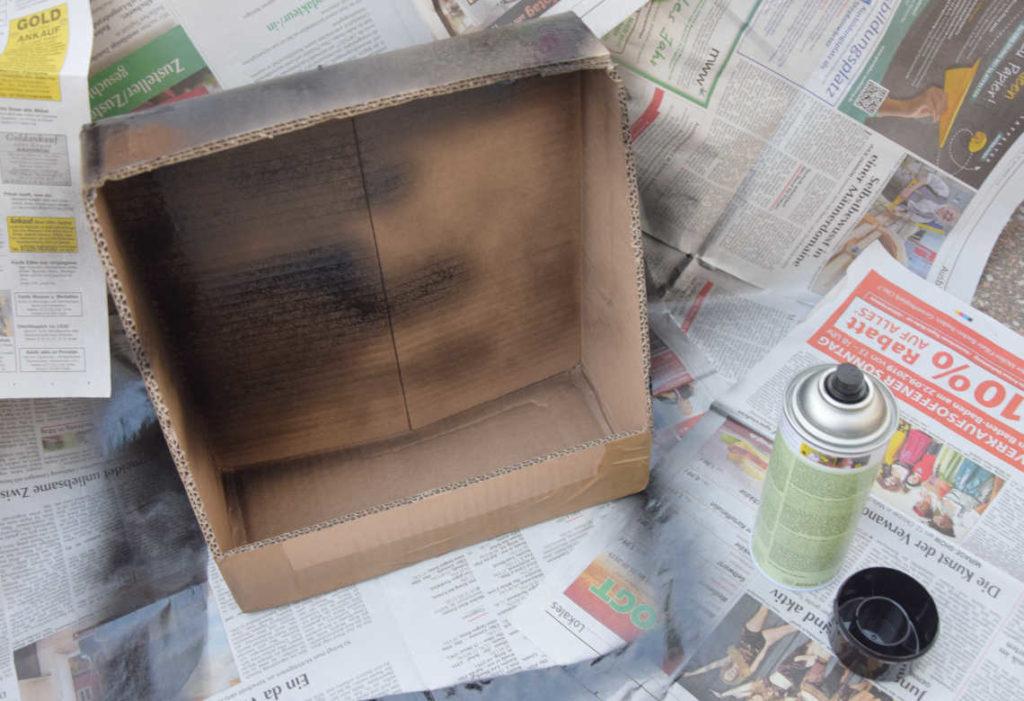 DIY Kinogutschein Karton mit Sprühfarbe einfärben